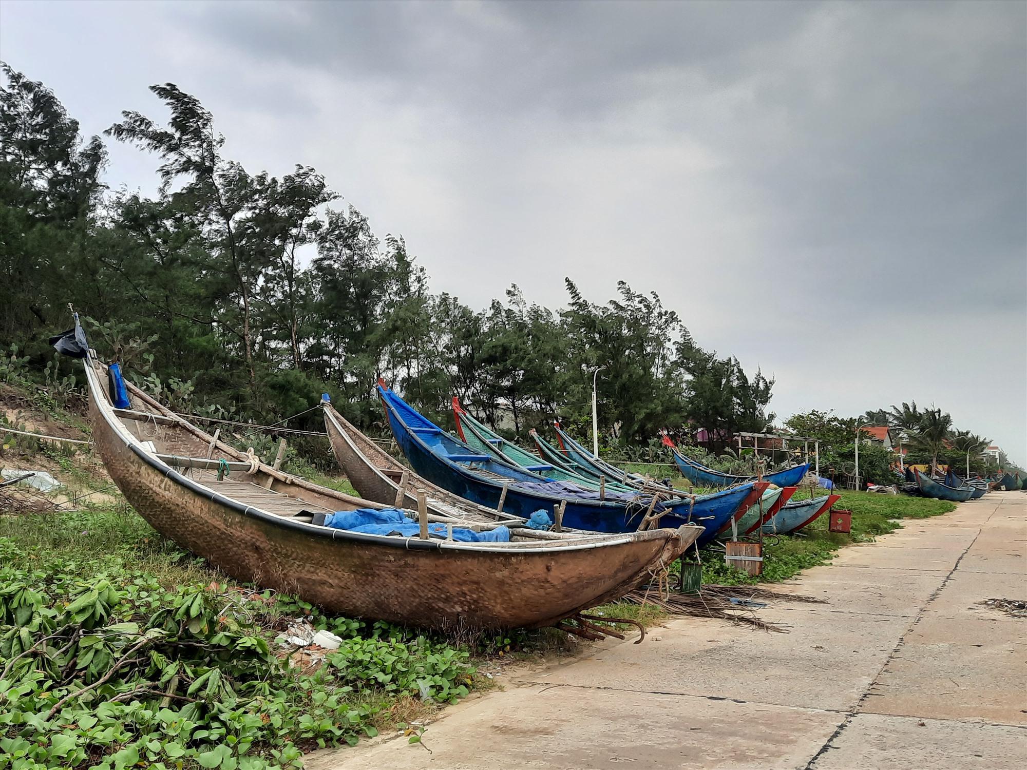 Tàu thuyển của ngư dân được kéo lên bờ.