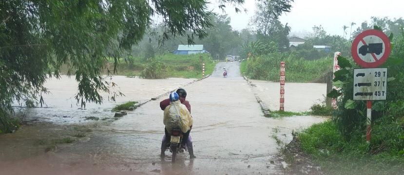 Ngầm Sông Nước Oa, QL 40B tại xã Trà Tân bị nước lũ băng qua.