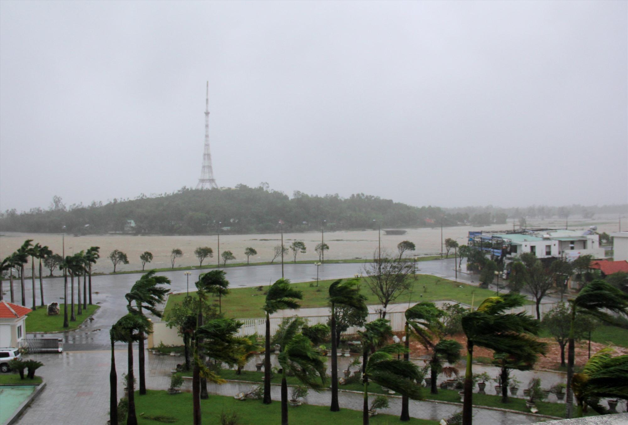 Hình ảnh mưa bão trước Trạm Phát sóng An Hà (TP.Tam Kỳ).