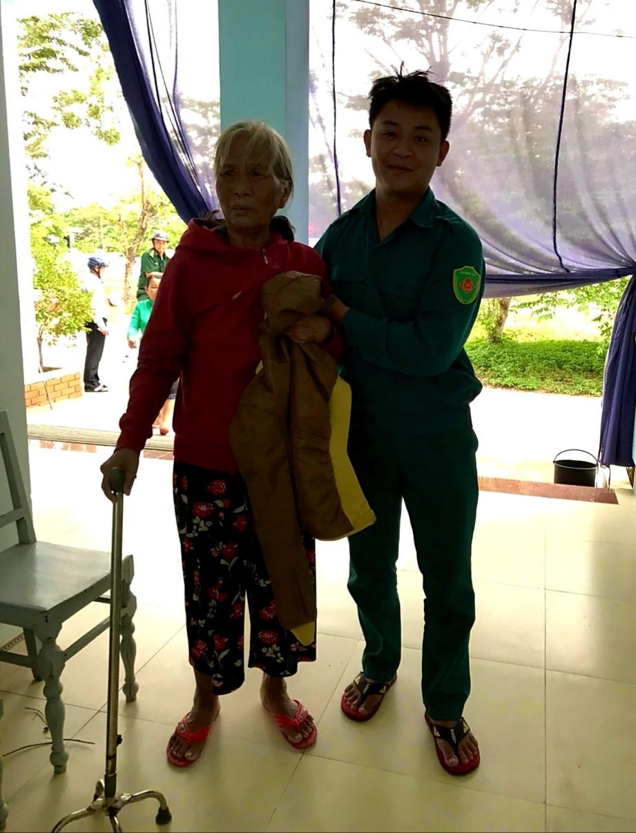 Chính quyền xã Duy Hải đưa người già ở những vùng nguy hiểm đi sơ tán trước khi gió bão xuất hiện. Ảnh: T.S