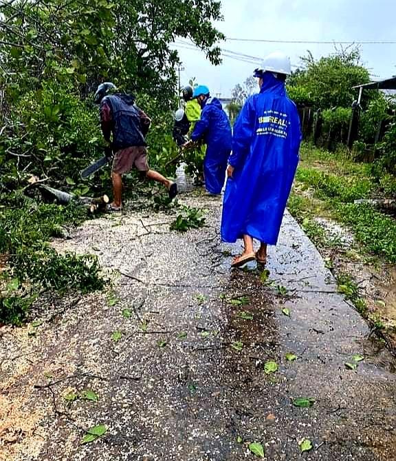 Thanh niên xung kích xã Duy Hải xử lý cây cối bị gãy đổ. Ảnh: T.S
