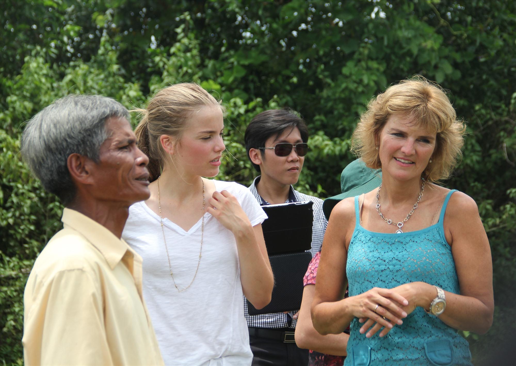 Bà Annette Herfkens gặp lại ân nhân của mình tại Ô Kha. Ảnh: TRẦN ĐĂNG