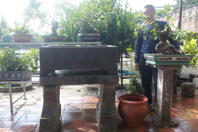 Chiếc bể đá thứ hai nhỏ hơn có từ thời vua Gia Long, gồm bể đá nguyên khối và chân, bệ