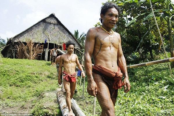 Mentawai là bộ lạc có khoảng 64000 dân, sống trên đảoMentawai, Indonesia.