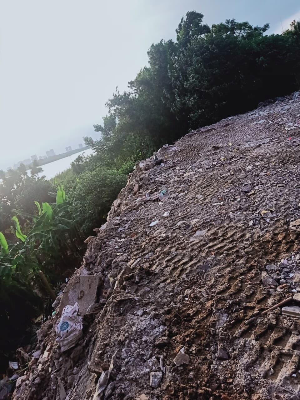 Hà Nội: Ngang nhiên đổ đất, xây dựng lấn chiếm trên hành lang thoát lũ - ảnh 1