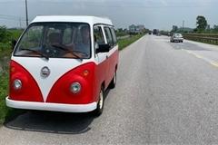 Xem hai ô tô chạy điện do nam sinh lớp 12 tự chế chạy trên đường