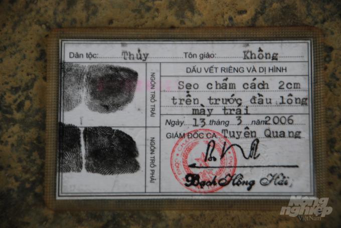 Chứng minh thư của Lý Thị Toàn trước đây có ghi dân tộc Thủy. Ảnh: Dương Đình Tường.