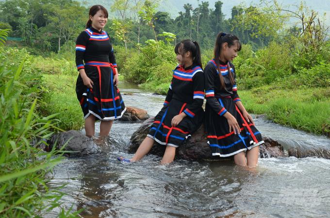 Trang phục truyền thống của người Thủy. Ảnh: Dương Đình Tường.
