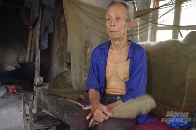 Thầy cúng duy nhất còn sót lại của người Thủy, ông Bàn Văn Kim. Ảnh: Dương Đình Tường.