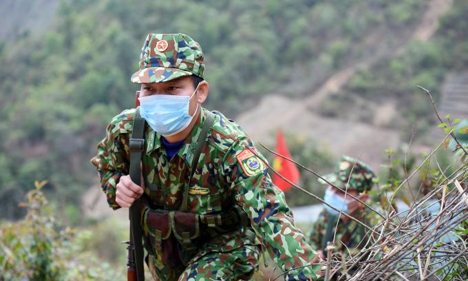 Chiến sĩ Đồn Si Pa Phìn trên đường tuần tra biên giới. Ảnh: Bảo Thắng.