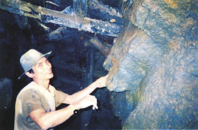Ông Nguyễn Hồng Công trong một đoạn hầm vàng. Ảnh: T.P.