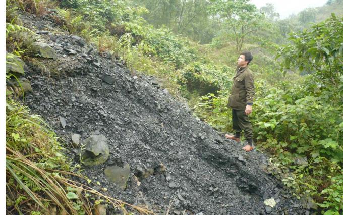 Một bãi lớn đất, đá mà ông Nguyễn Hồng Công đào hầm vàng đổ ra. Ảnh: T.P.