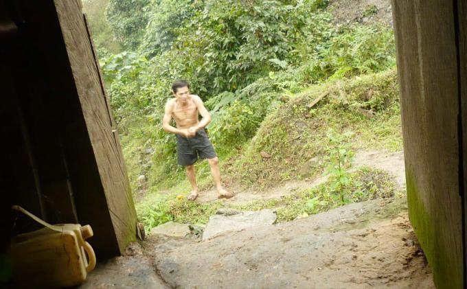 Ông Nguyễn Hồng Công sau buổi làm, tắm rửa đi từ suối lên lán ở. Ảnh: T.P.