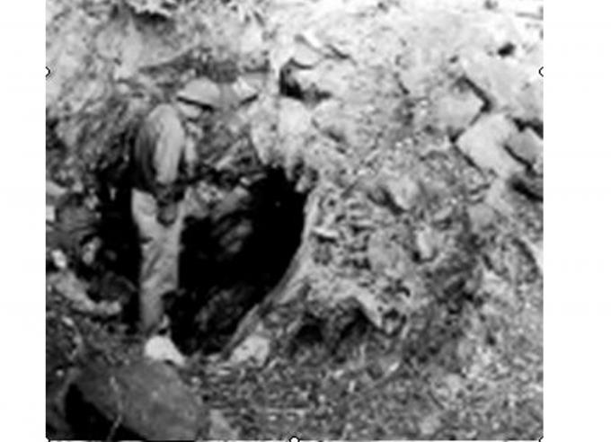 Tác giả trước một cửa hang vàng đã bị bỏ hoang (năm 2000). Ảnh:H.L.