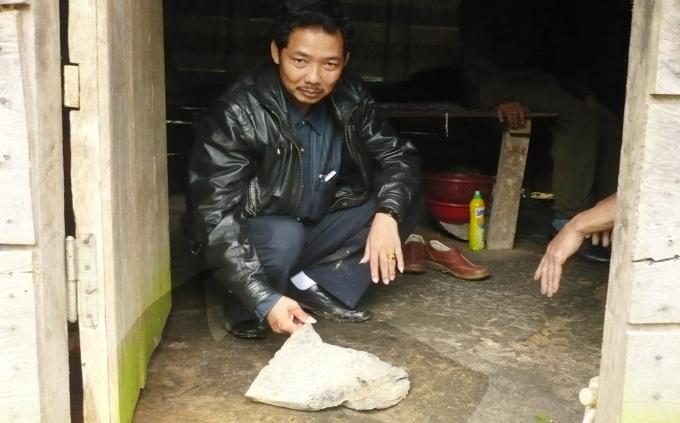 Những 'chứng cứ' mà ông Nguyễn Hồng Công đào được cho tác giả xem. Ảnh: H.L.