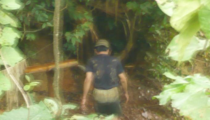 Ông Nguyễn Hồng Công lầm lũi đi xuống một hầm vàng để tiếp tục đào. Ảnh: T.P.