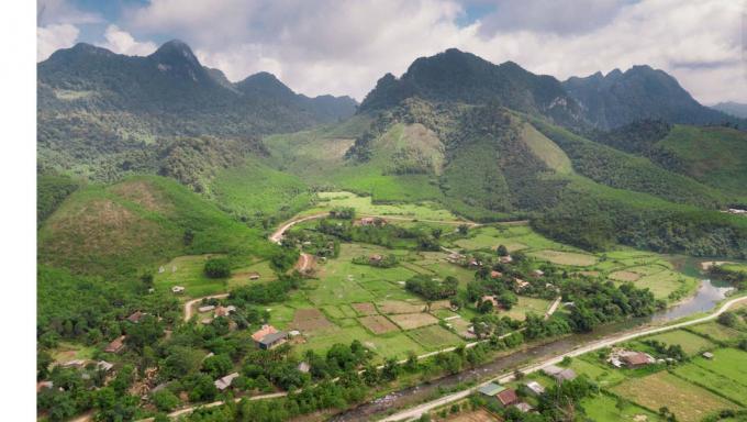 Thung lũng Hóa Sơn nằm giữa bốn bề núi đá. Ảnh: T.P.