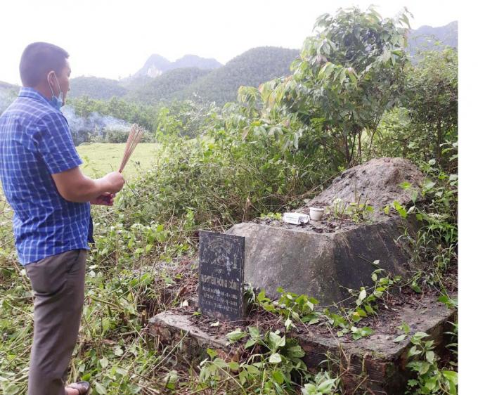 Những người dân Hóa Sơn vẫn thắp hương trước ngôi mộ ông Nguyễn Hồng Công ở nằm tại chân núi Mã Cú. Ảnh: T. Du.