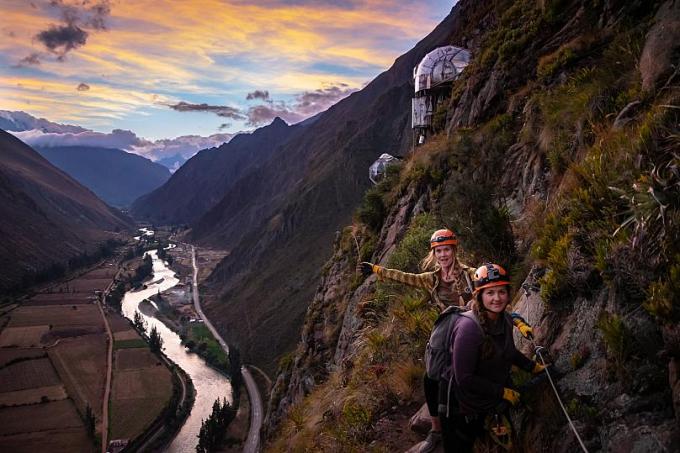Hệ thống thang dây được gắn vào vách núi trên đường đến khu nhà nghỉ treo
