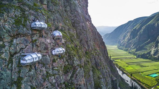 Quang cảnh các nhà nghỉ treo hình con nhộng treo trên vách đá thiêng ở vùng Cusco