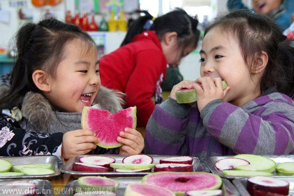 Ở nhiều nơi tại Trung Quốc, người dân vẫn theo phong tục 'ăn khai xuân' vào ngày Lập xuân để lấy may như bánh cape, nem, hoặc vài miếng dưa hấu, cà rốt.