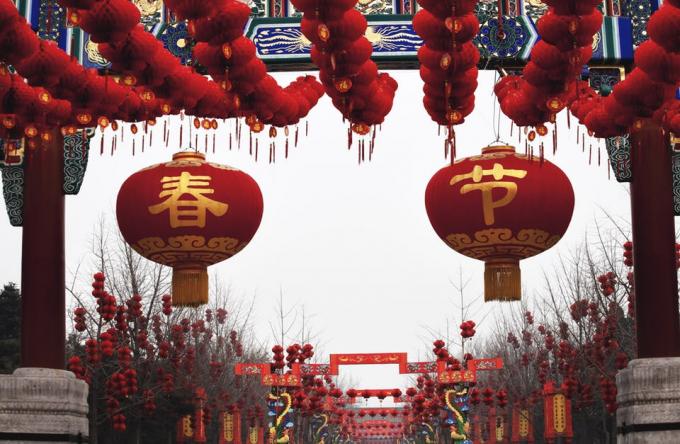 Tiết Lập xuân đã đi vào đời sống của con người từ thời Xuân Thu (770-476 trước Công nguyên). Vào thời điểm đó, có tám thuật ngữ mặt trời. Theo một số chuyên gia, 24 thuật ngữ mặt trời lần đầu tiên được ghi vào sử sách vào thời Tây Hán (năm 206 trước Công nguyên đến năm 24 sau Công nguyên) và tiết Lập xuân được đặt ra trùng với các lễ hội mùa xuân. Bắt đầu từ năm 1913, vào ngày mồng một tháng Giêng âm lịch hàng năm được quy định là Lễ hội mùa xuân.