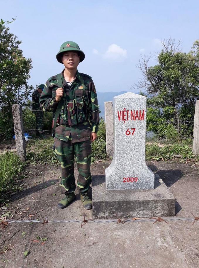 Nguyễn Mạnh Toàn trong một chuyến tuần tra biên giới. Ảnh: PV.