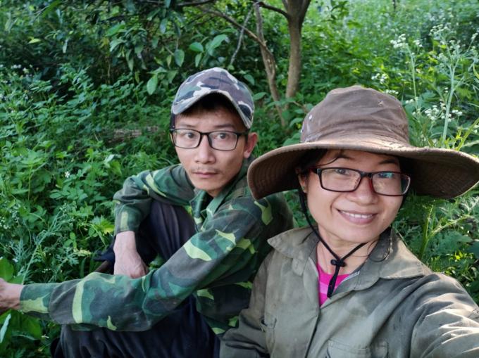 Hai vợ chồng bỏ phố về làm vườn ở nơi không điện, nước. Ảnh: Trần Thị Tuyến.