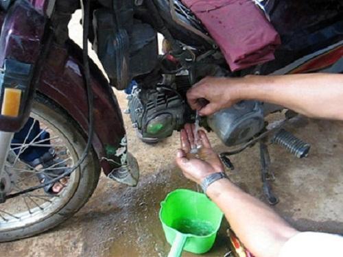 Xử lý thế nào khi nước xâm nhập vào bình xăng xe máy?