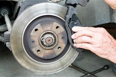 Vì sao má phanh ôtô nhanh bị mòn dẫn đến mất an toàn khi chạy?