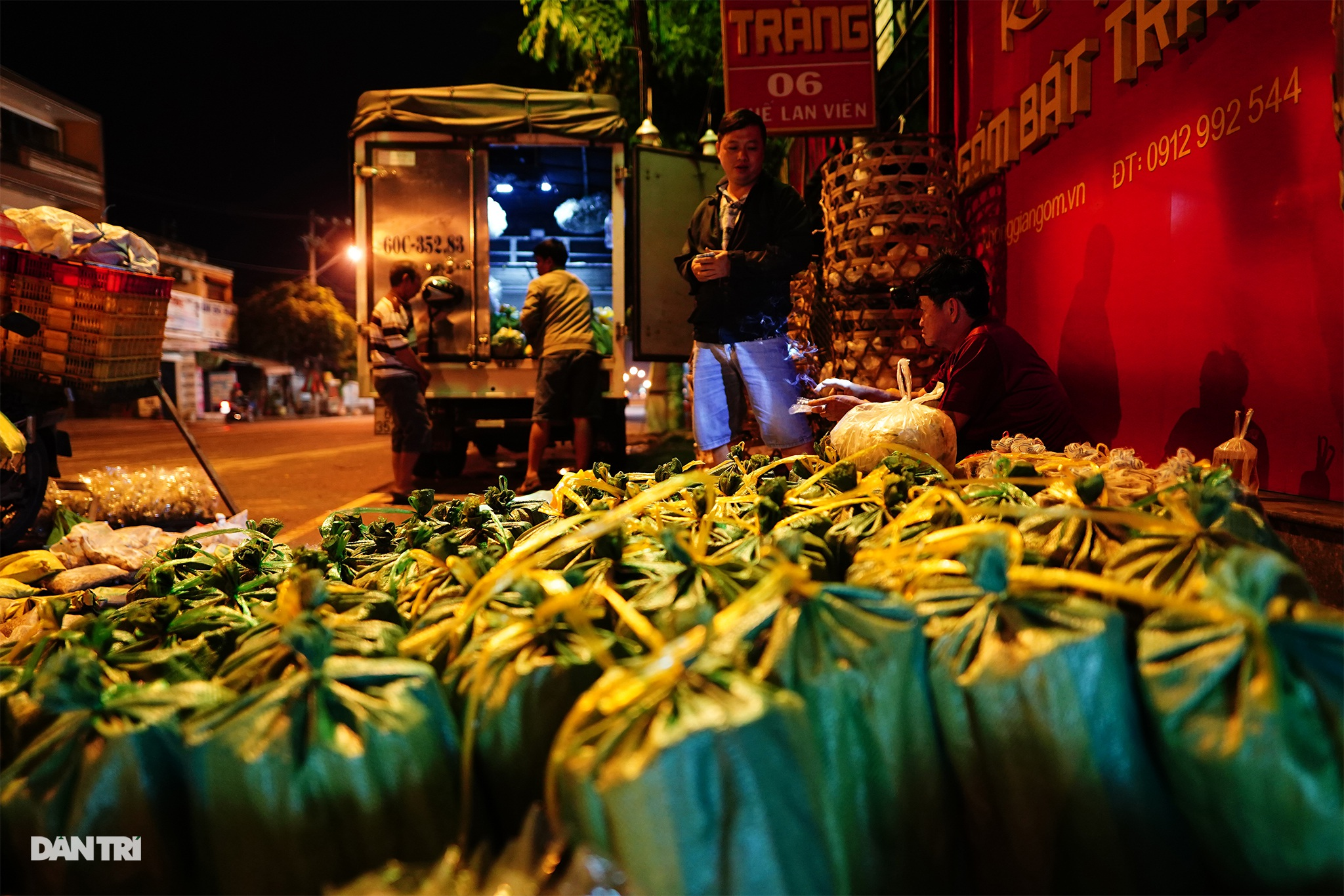Các lái buôn giao bằng xe tải thì khối lượng có thể lên đến vài trăm ký; hàng cũng thuộc loại hiếm và cao cấp hơn
