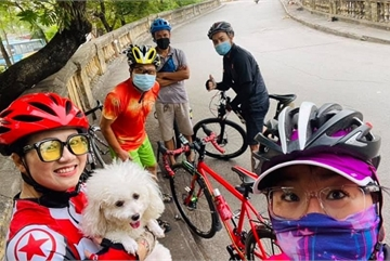 Cycling around West Lake, a healthy trend in Hanoi