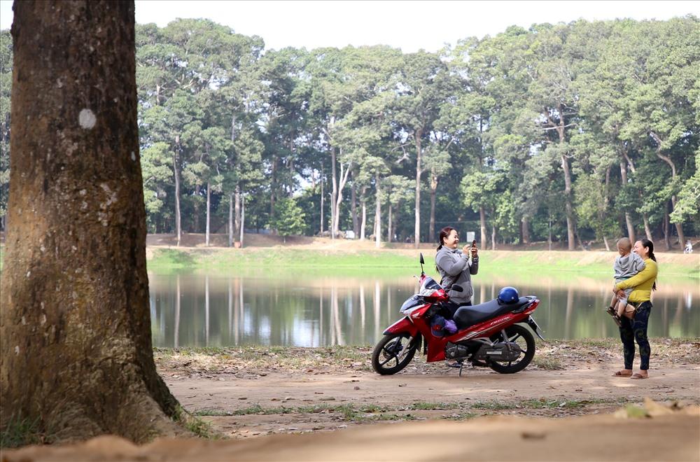 Nhiều người dân đến TP.Trà Vinh chỉ với mục đích ngắm và chụp ảnh lưu niệm với các cây cổ thụ và hít thở bầu không khí trong lành giữa màu xanh mát mắt. Ảnh: Tr.L.