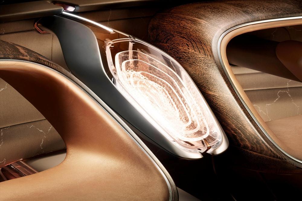Các màn hình trong xe cũng sử dụng thực tế mở rộng và giao diện trực quan bao gồm màn hình OLED trong suốt ở cửa ra vào. Một màn hình giải trí phía trước có thể được sử dụng để hiển thị phim, video trực tiếp và các phương tiện khác