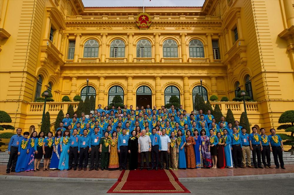 Các đại biểu chụp ảnh cùng Tổng Bí thư, Chủ Tịch nước Nguyễn Phú Trọng. Ảnh: Sơn Tùng