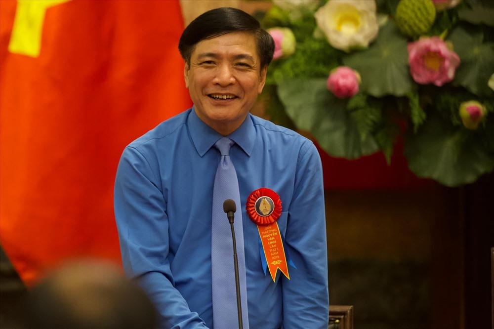 Đồng chí Bùi Văn Cường, Chủ tịch Tổng Liên đoàn Lao Động Việt Nam đã thay mặt đoàn đại biểu tặng hoa, chúc sức khoẻ Tổng Bí thư, Chủ tịch nước Nguyễn Phú Trọng và báo cáo kết quả hoạt động của tổ chức công đoàn trong thời gian qua. Ảnh: Sơn Tùng