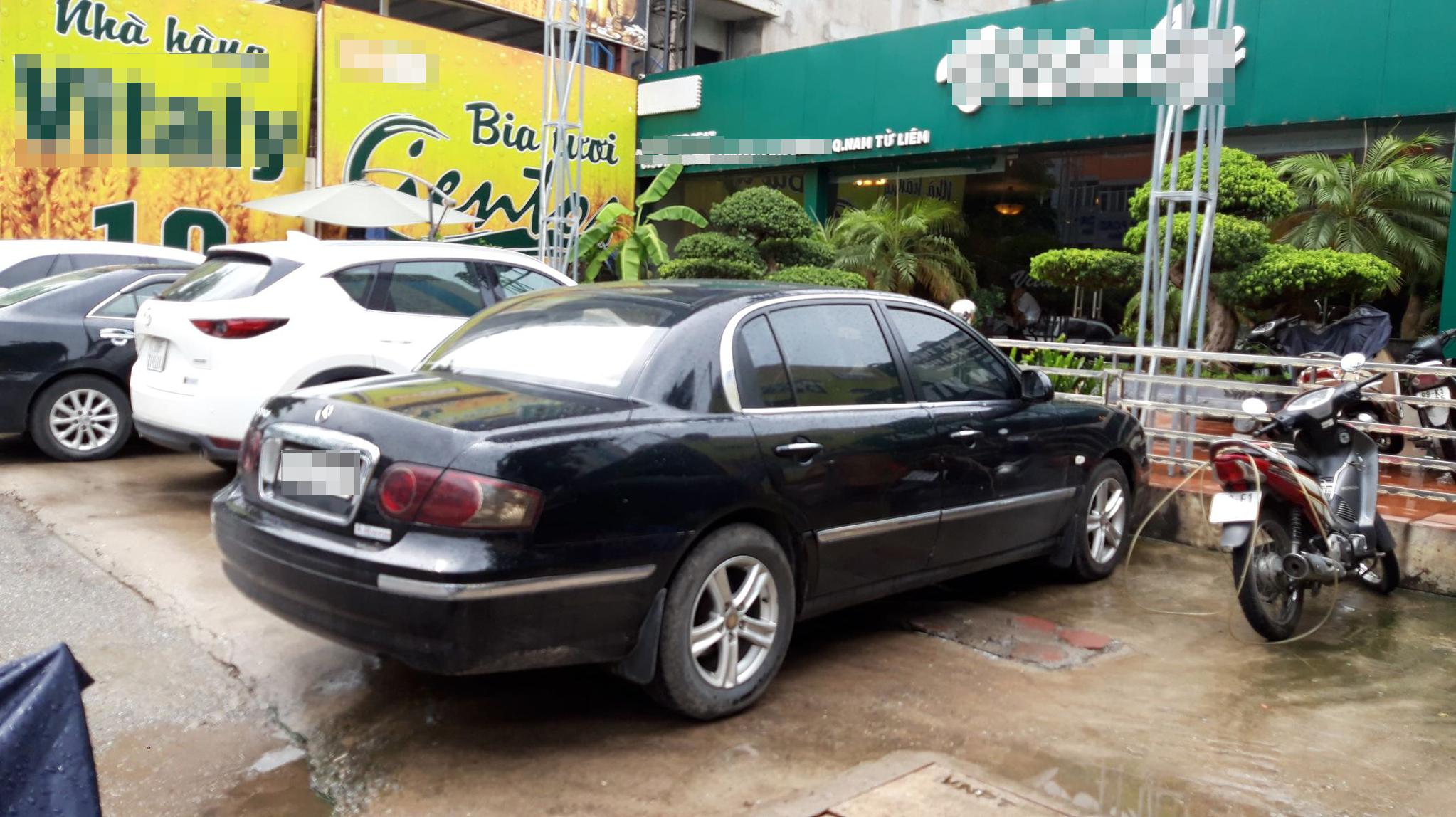 Chiếc xe đen gắn logo Mercedes S350 của nhóm môi giới sử dụng, thực chất là xe Trung Quốc. Ảnh TK.