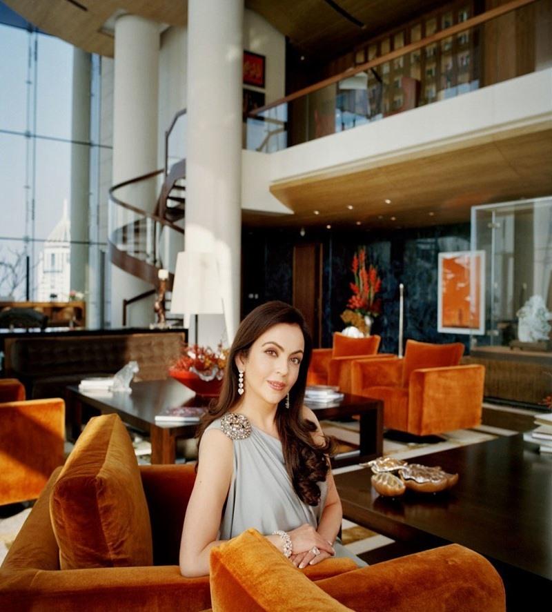 """Sàn nhà trải thảm Ấn Độ được dệt thủ công và tinh tế là một nét đặc trưng chung của những căn phòng. Trần phòng khiêu vũ của """"Atilia"""" được phủ bằng đèn chùm pha lê đến 80%. Nội thất trong nhà được lựa chọn từ những thương hiệu xa xỉ nhất thế giới."""