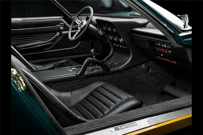 Ra đời vào năm 1969, chiếc Lamborghini Miura sở hữu màu sơn nguyên bản là màu xanh dương (Blu Notte) cùng nội thất được bọc da màu đen Pelle Nera.
