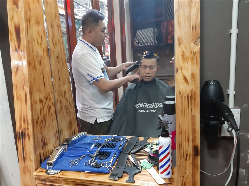 Bộ đồ nghề của nhân viên cắt tóc.