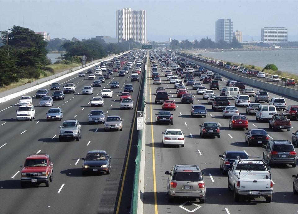 Lái xe ôtô ở chính giữa làn sẽ đảm bảo an toàn và thực hiện đúng luật giao thông (Ảnh: Cartime)
