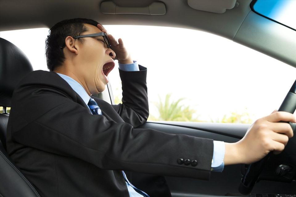 Thiếu ngủ, rối loạn giấc ngủ là bệnh thường thấy của các tài xế lái xe đường dài. (Ảnh: oto.com)