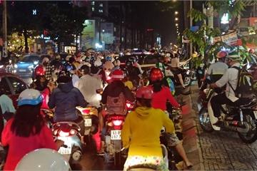 Sau mưa lớn, nhiều đường phố ở TP.HCM kẹt cứng