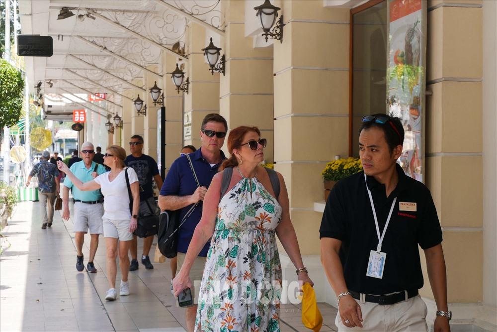 Nhiều trung tâm thương mại, cửa hàng thời trang, thương hiệu cafe nổi tiếng khiến tuyến đường này trở nên thu hút với nhiều du khách khi đến TPHCM...