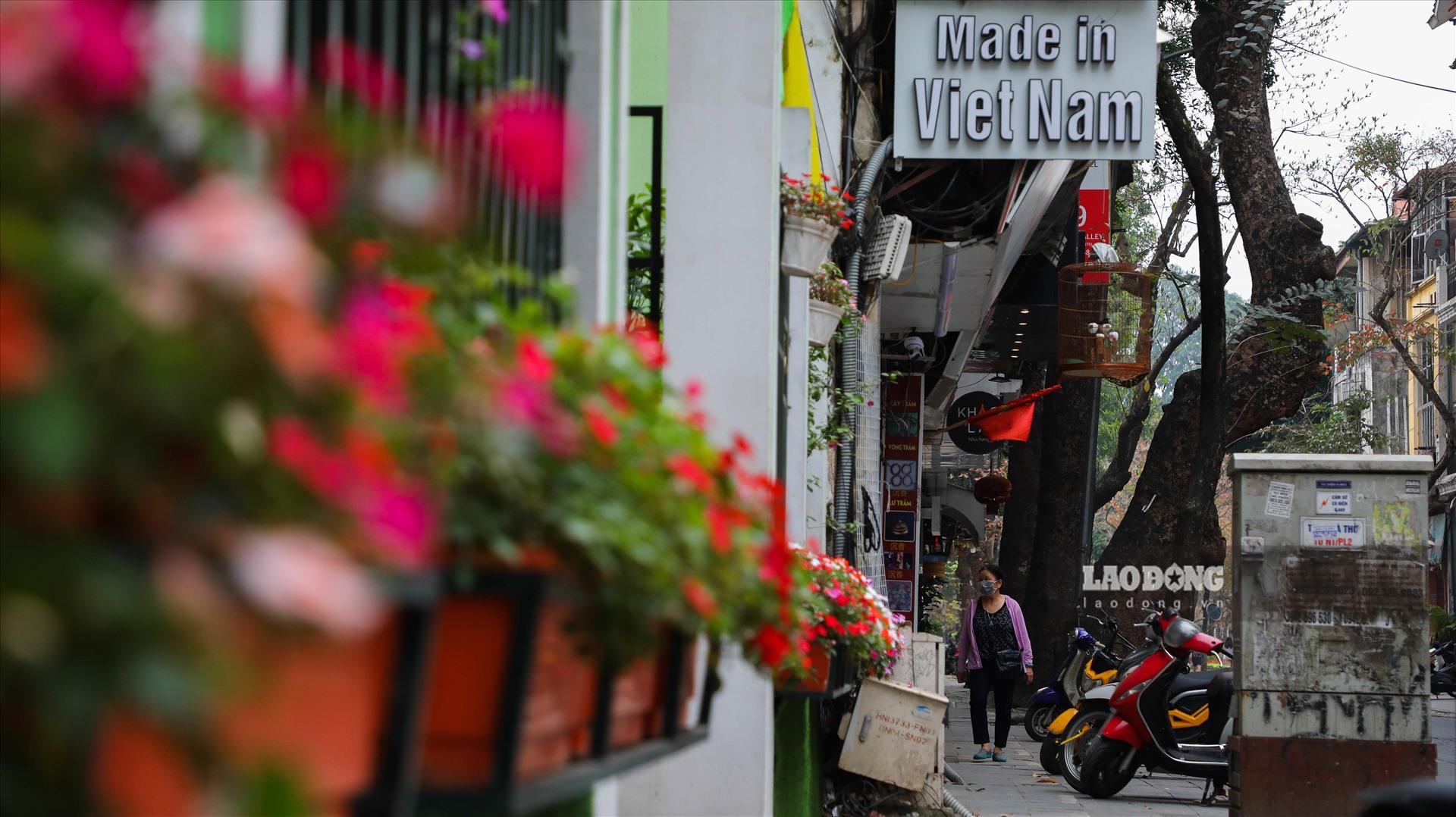 Bên cạnh đó, tuyến phố này tập trung rất nhiều nhiều hàng quán với các thương hiệu nổi tiếng trong nước và quốc tế.