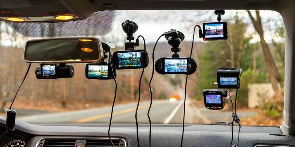 Hệ thống camera là phụ kiện hỗ trợ tích cực trong việc điểu khiển xe trên đường. Ảnh nguồn: Carmudi.
