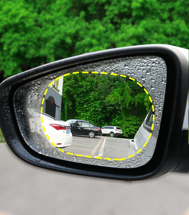 Tấm dán chống nước khiến tăng cường khả năng quan sát kính chiếu hậu khi trời mưa. Ảnh nguồn: Cafeauto.