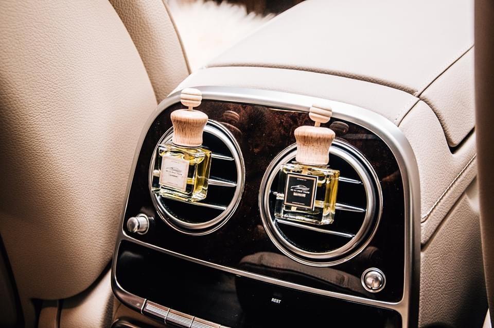 """Tinh dầu thơm gắn cửa lạnh là một trong những phụ kiện ô tô """"must-have"""". Ảnh nguồn: Xethom.vn."""