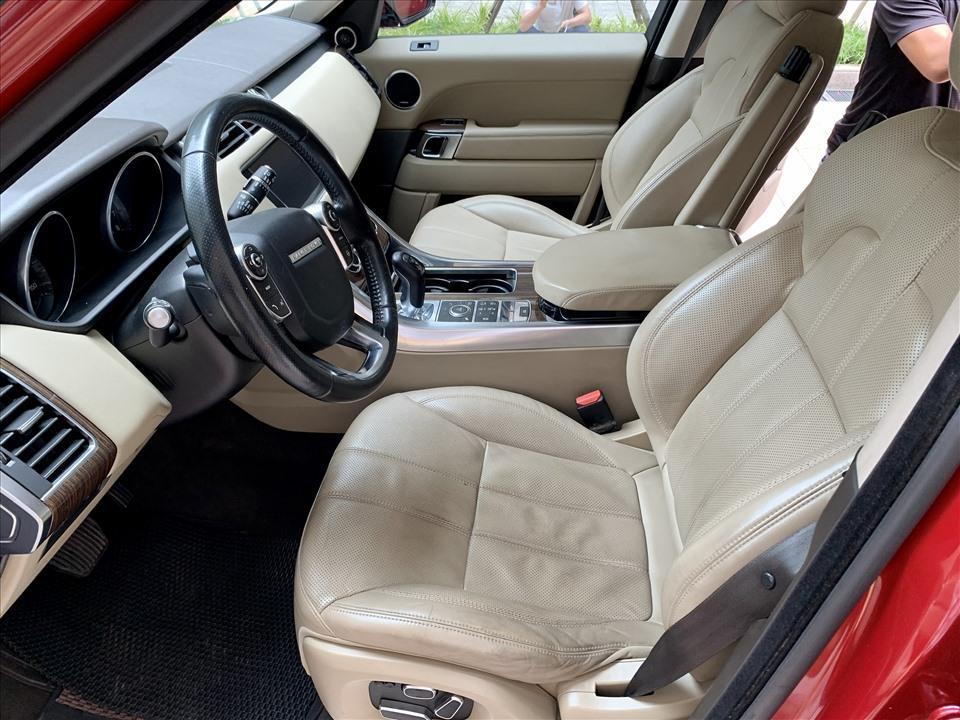 Bề mặt da ghế lái sử dụng nhiều sẽ bị nhăn và chuyển màu tương đương với mức sử dụng trên 50.000km. Ảnh: Khánh Linh.