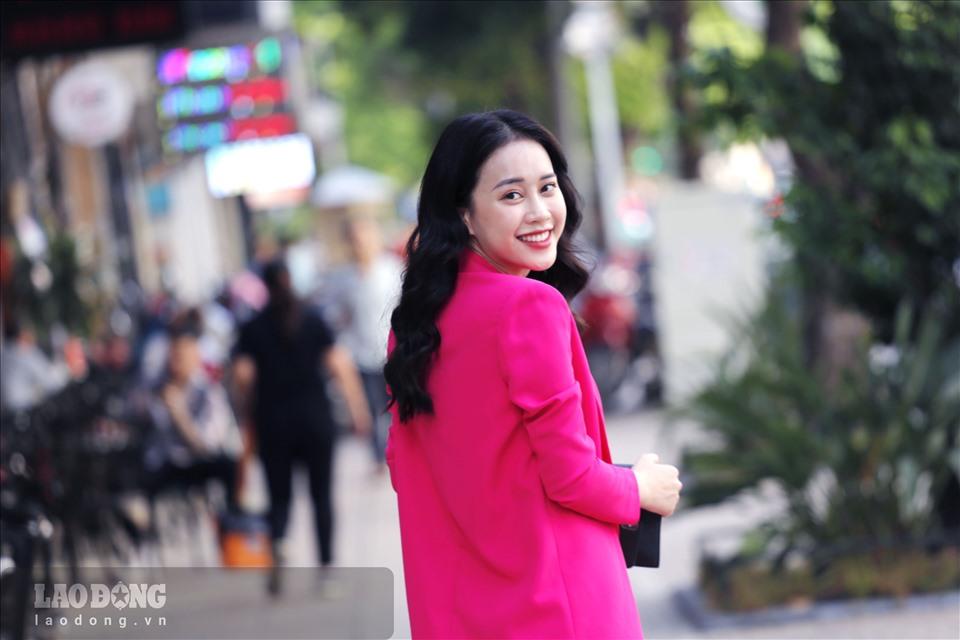 Mặc dù vậy, Mai Phương tin rằng với việc đã quen với máy quay và đã từng tham gia một cuộc thi sắc đẹp sẽ giúp cô tự tin và ứng xử tốt hơn với mọi tình huống trong quá trình tham gia cuộc thi. Ảnh: Hoài Sơn.